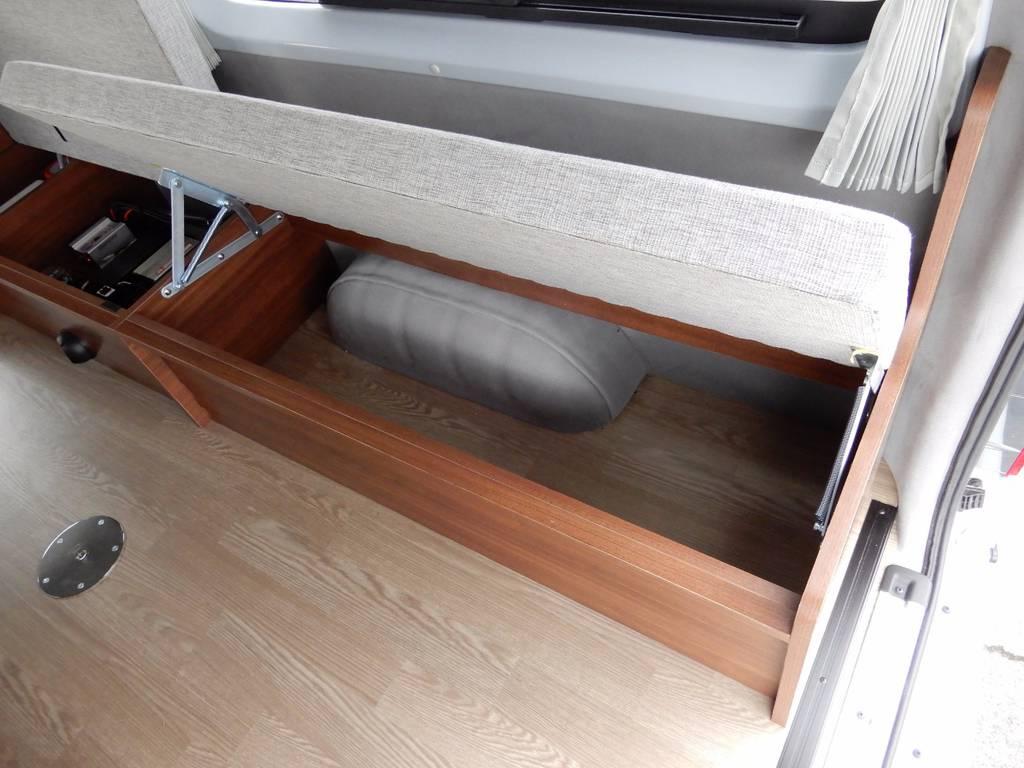 ベンチシート下には収納スペース!