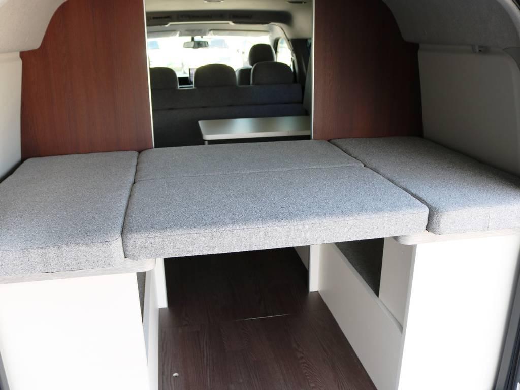 パーテーションで区切られた空間にはリアベッドが展開できます!