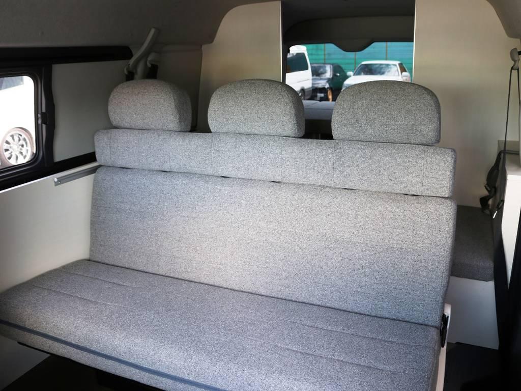 セカンドシートは対座展開・フルフラット展開が可能な3人掛けシート!