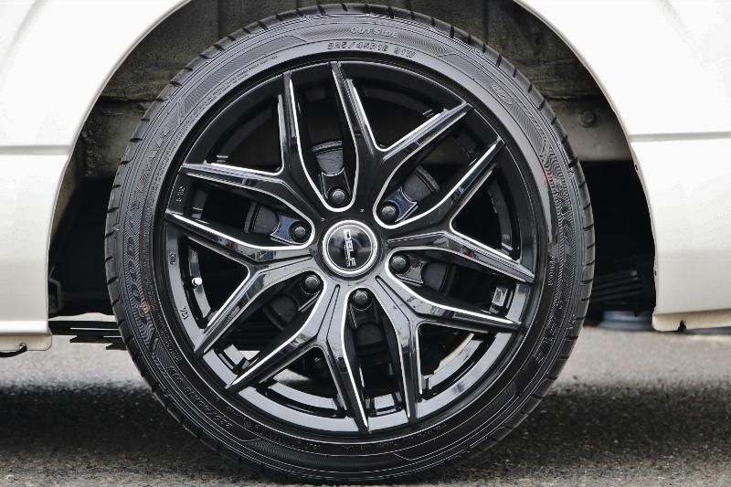 実際のサイズ以上の拍力を感じさせるフレックスオリジナルDELF ゼロワン18インチアルミ! | トヨタ ハイエース 2.7 GL ロング ミドルルーフ ベットキット・ナビ・モニター付き
