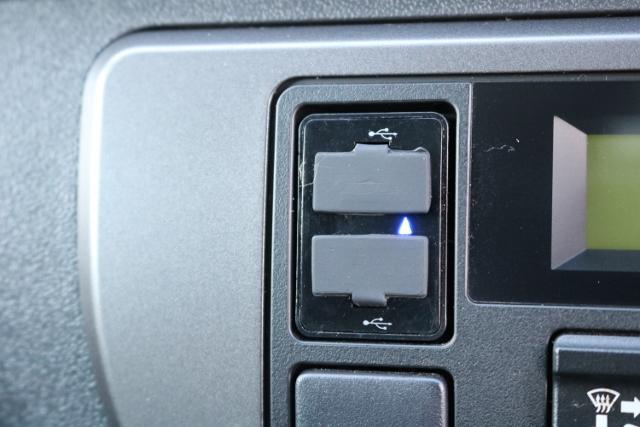 エアコン操作パネルにはUSBソケットが2個付いています!