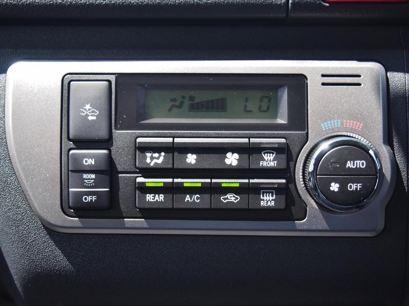 エアコン操作パネルもスイッチでまとめられています!温度調整はダイヤル式なので操作しやすいです! | トヨタ ハイエース 2.7 GL ロング ミドルルーフ TSS付