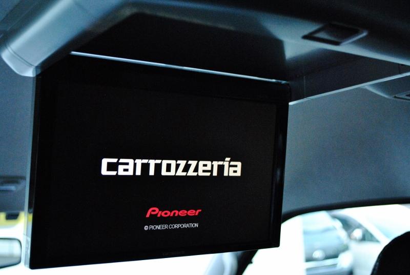 カロッツェリア製フリップダウンモニター付き!ドライブも飽きません♪