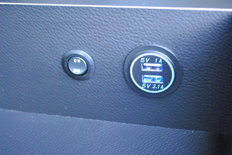 USBコネクタが付いているのでケータイなどを充電する場所が増えています! | トヨタ ハイエース 2.7 GL ロング ミドルルーフ 4WD TSS付シートアレンジR1