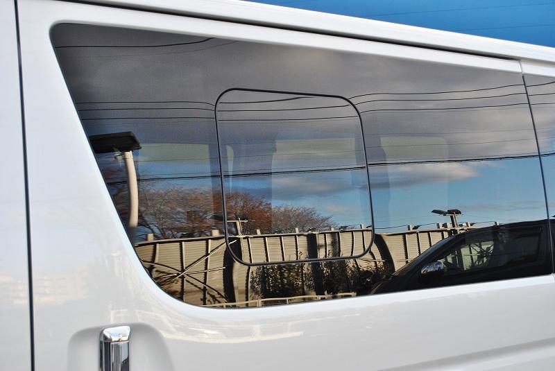 車中泊には必需品は小窓付き♪