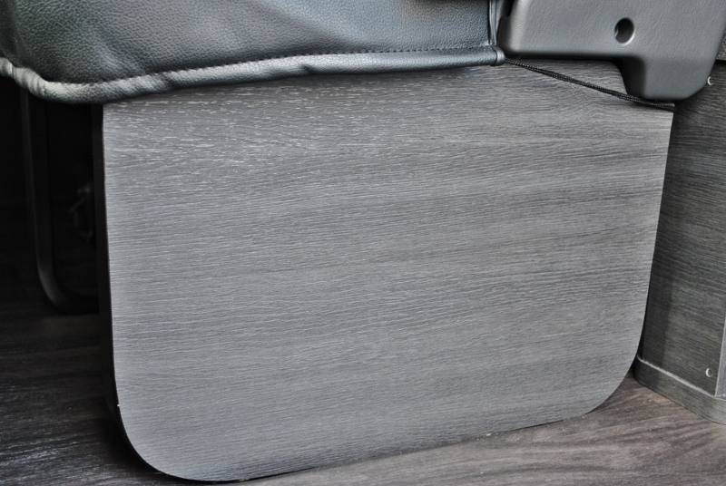 2列目には目隠しのパネルが付いてます♪   トヨタ ハイエース 2.7 GL ロング ミドルルーフ セーフティー付き Ver1施工