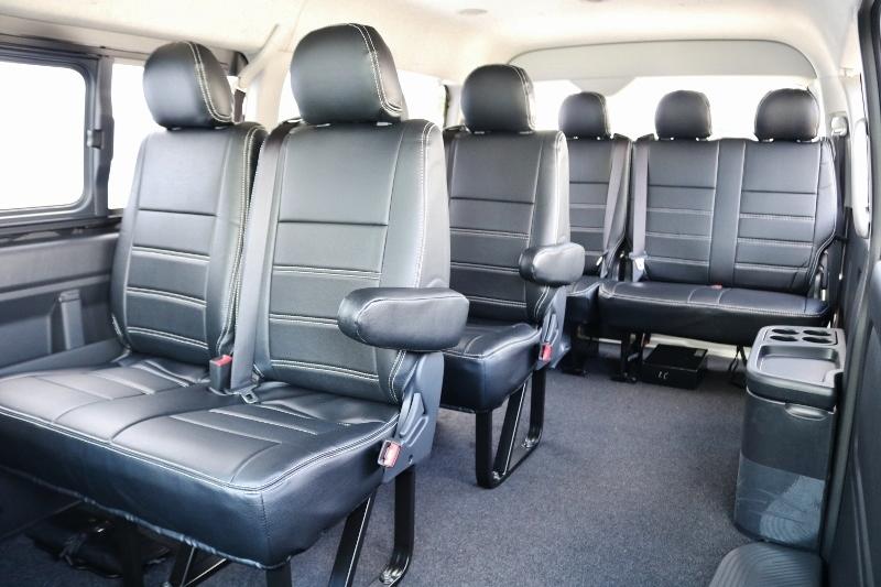 広くて使いやすい10人掛けシートに汚れなどを防ぐレザー調シートカバー取付済み!