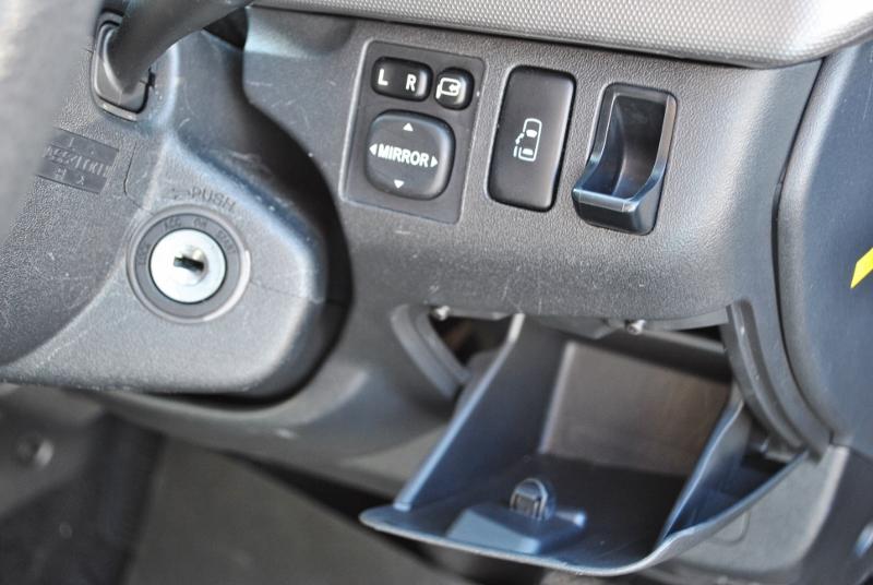 ハンドル横には小物入れ付き!   トヨタ ハイエース 2.7 GL ロング ミドルルーフ 4WD クラシックリノカ オークブラウンパール