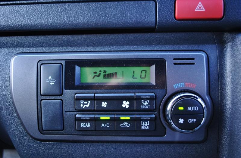 操作しやすいエアコン操作ボタンです♪ | トヨタ ハイエースバン 2.8 スーパーGL ダークプライムⅡ ロングボディ ディーゼルターボ 4WD Ver4 小窓あり