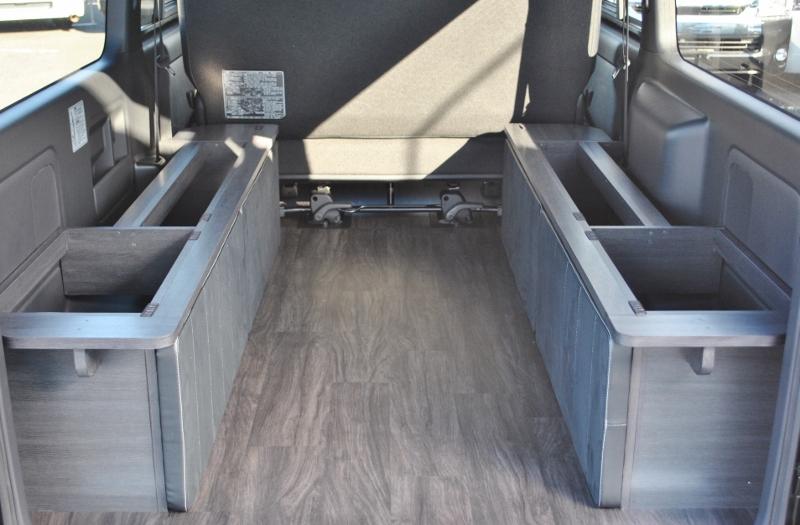 両サイドの箱は荷物入れとしても利用できます♪ | トヨタ ハイエースバン 2.8 スーパーGL ダークプライムⅡ ロングボディ ディーゼルターボ 4WD Ver4 小窓あり