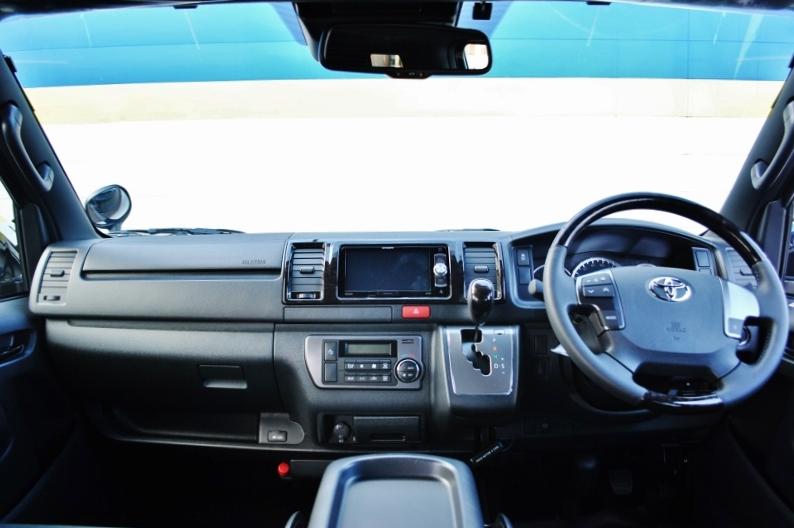 機能豊富ですが使いやすくまとめられたコックピットです! | トヨタ ハイエースバン 2.8 スーパーGL ダークプライムⅡ ロングボディ ディーゼルターボ 4WD 小窓付き