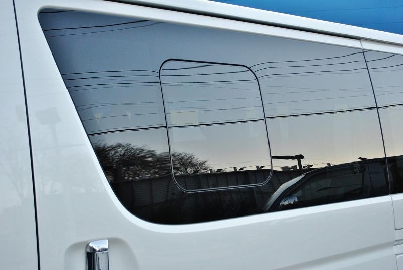 小窓付きで快適な仕様です♪ | トヨタ ハイエースバン 2.8 スーパーGL ダークプライムⅡ ロングボディ ディーゼルターボ 4WD 小窓付き