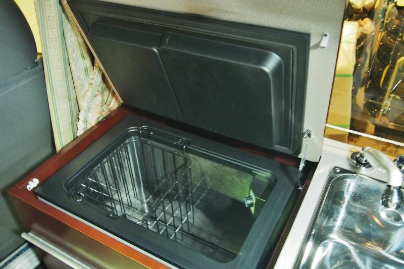 たくさん食品が入る冷蔵庫♪その他写真はGOOで掲載! | トヨタ ハイエースバン 2.7 DX ワイド スーパーロング ハイルーフ GLパッケージ キャンパー特装 ナッツ