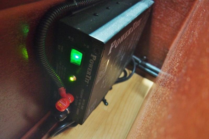 外部充電器付いてます♪その他写真はGOOで掲載! | トヨタ ハイエースバン 2.7 DX ワイド スーパーロング ハイルーフ GLパッケージ キャンパー特装 ナッツ