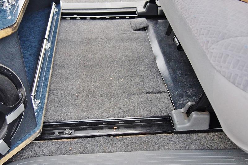 後席はスライドレール付きで足元の幅を調整出来ます! | トヨタ ハイエースバン 2.0 スーパーGL ロング 極カスタム