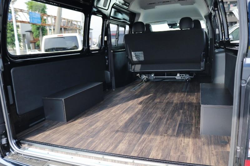 荷室はフローリング施工済み!暖かみのある木目調です! | トヨタ ハイエースバン 2.8 DX ワイド スーパーロング ハイルーフ GLパッケージ ディーゼルターボ 4WD S-GLシート スライドレール WAC