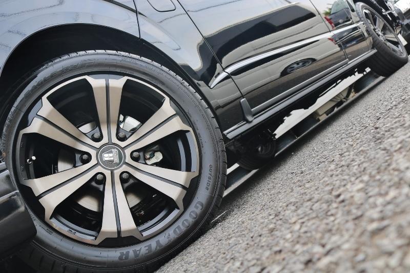 GOODYEAR RV-FタイヤにはFLEX限定カラーのクリムソンアーバングランデ18インチアルミをインストール! | トヨタ ハイエースバン 2.8 DX ワイド スーパーロング ハイルーフ GLパッケージ ディーゼルターボ 4WD S-GLシート スライドレール WAC