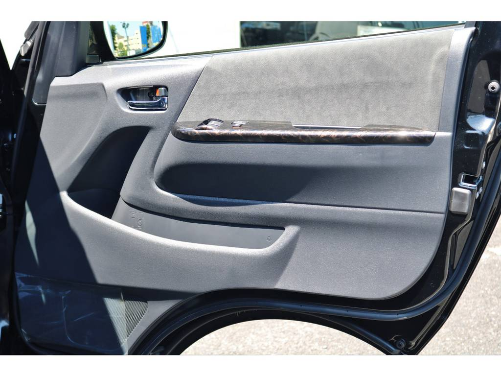ドアパネルにもマホガニー調パネルを取り付けております! | トヨタ ハイエース 2.7 GL ロング ミドルルーフ TSS付 GDアイズ仕様