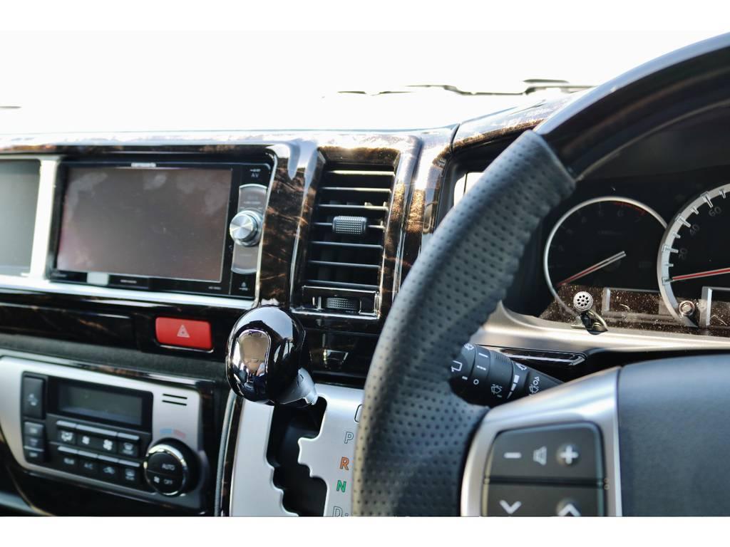インテリアパネルに合わせて、ハンドル、シフトノブも変更! | トヨタ ハイエース 2.7 GL ロング ミドルルーフ TSS付 GDアイズ仕様