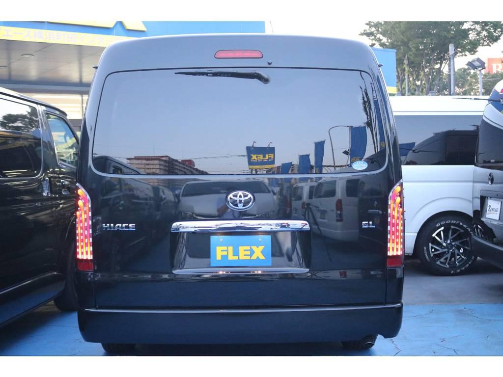 黒いボディに煌きテールランプが輝きます! | トヨタ ハイエース 2.7 GL ロング ミドルルーフ TSS付 GDアイズ仕様