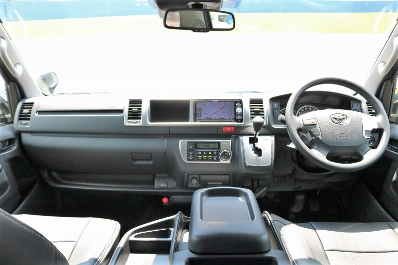 シンプルなフロント周り! | トヨタ ハイエース 2.7 GL ロング ミドルルーフ 4WD セーフティー付き ナビ・エアロPKG