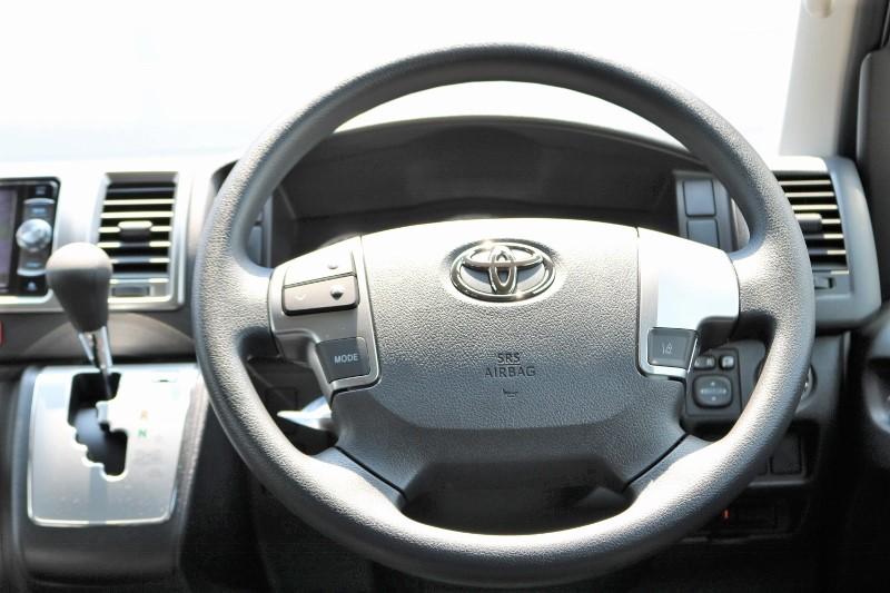 シンプルなコックピット! | トヨタ ハイエース 2.7 GL ロング ミドルルーフ 4WD セーフティー付き ナビ・エアロPKG
