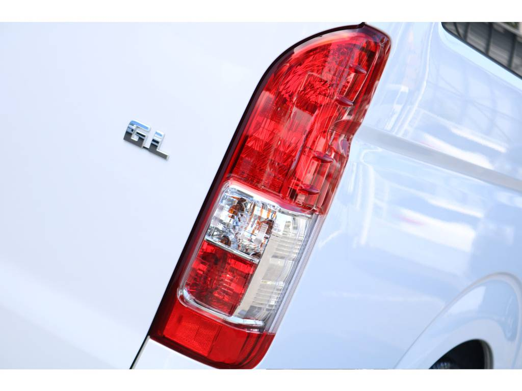 メーカーオプションの寒冷地仕様(バックフォグ)ついてます! | トヨタ ハイエース 2.7 GL ロング ミドルルーフ 4WD セーフティー付き ナビ・エアロPKG