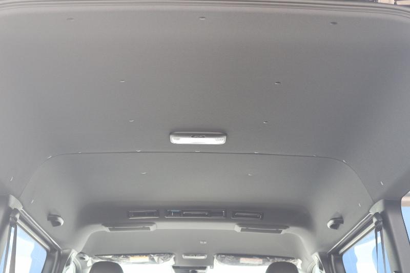 天井もブラックなので車内が引き締まっております♪
