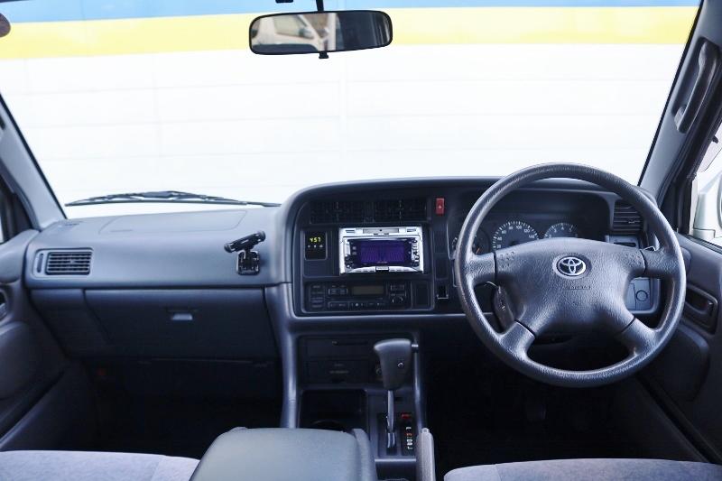 広くて座りやすいコックピットです。 | トヨタ ハイエース 2.4 スーパーカスタムG トリプルムーンルーフ