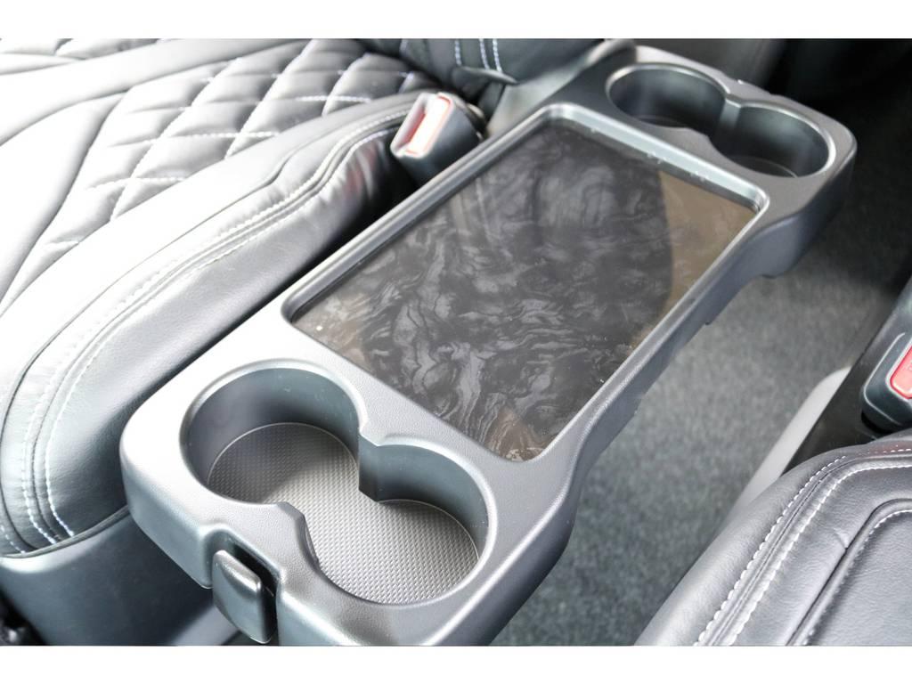 セカンドシートの間にが折りたたみ式のテーブルがついております! | トヨタ ハイエース 2.7 GL ロング ファインテックツアラー 4WD キャプテンシート装着ファインテックツアラ