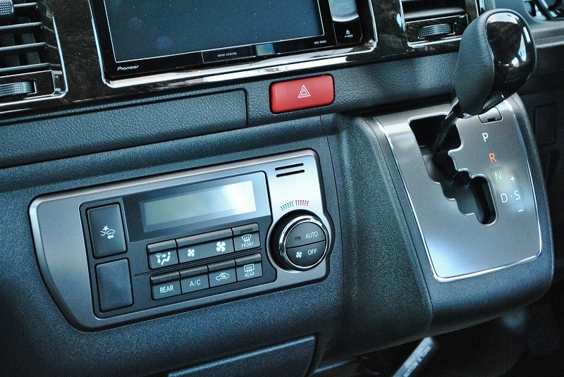 エアコン回りはダークシルバー加飾になっております! | トヨタ ハイエースバン 2.0 スーパーGL ダークプライムⅡ ロングボディ 小窓付き