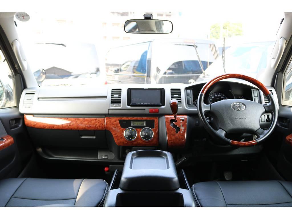 シンプルなコックピット!   トヨタ ハイエースバン 2.0 スーパーGL ロング グレー ナビPKG