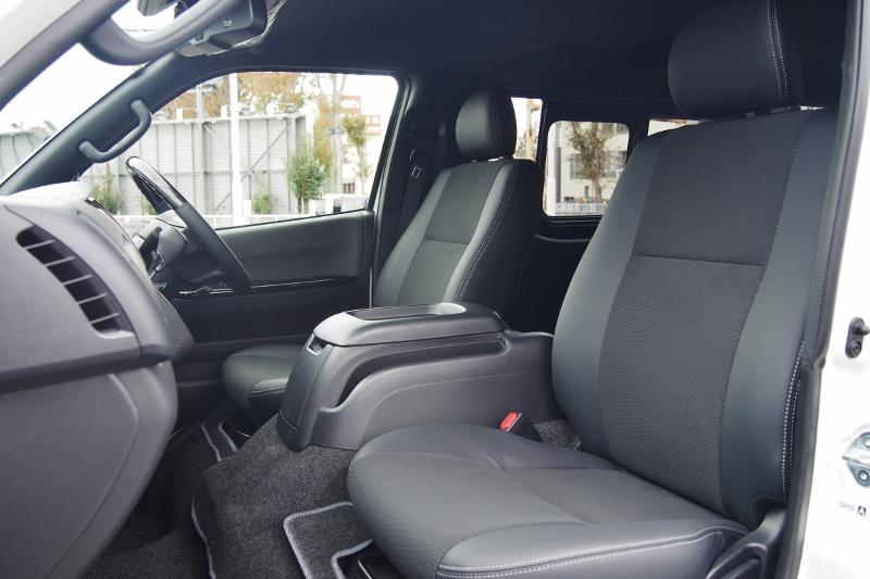 特別仕様車のみハーフレザーシートになります!