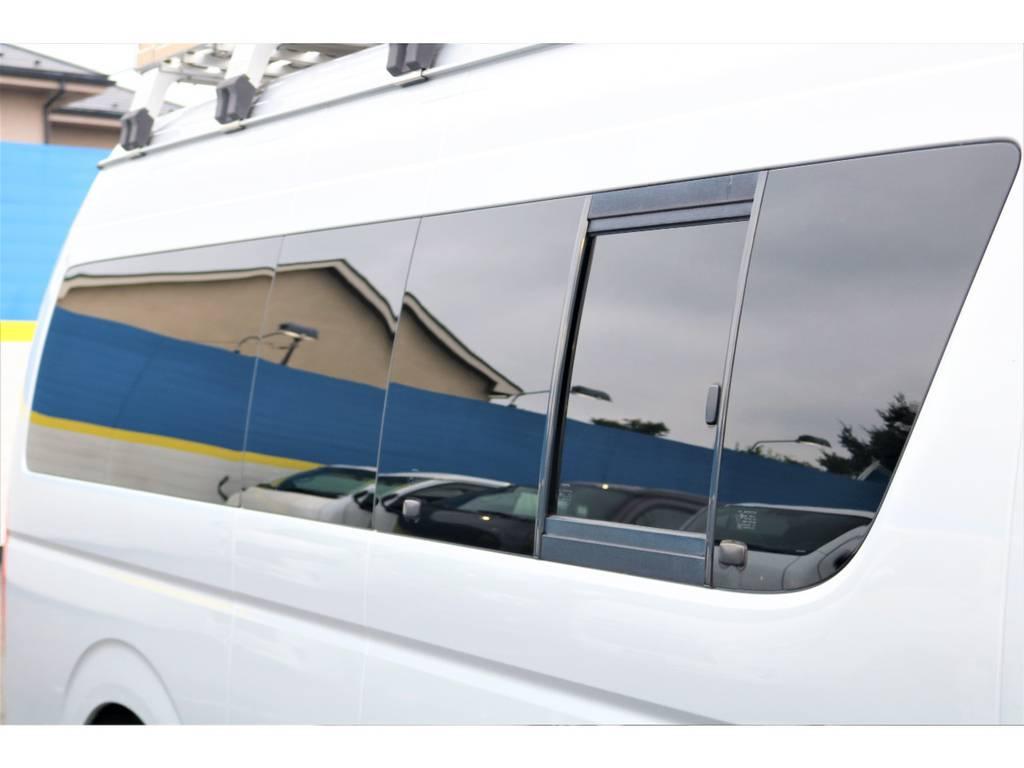 換気しやすい小窓付き♪ | トヨタ ハイエースバン 2.7 DX ワイド スーパーロング ハイルーフ GLパッケージ 4WD 4WD ベット キャリア ヒッチカーゴ