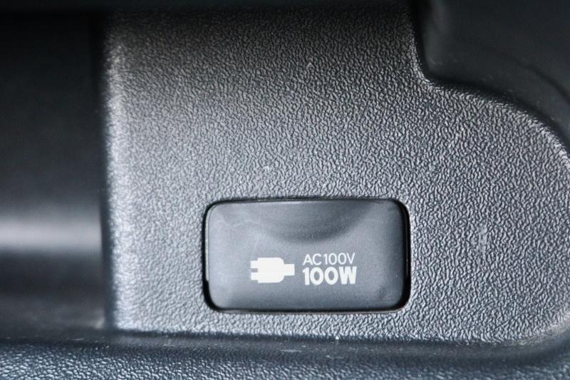 助手席足元には100Vコンセントもついてますので携帯の充電などできます。