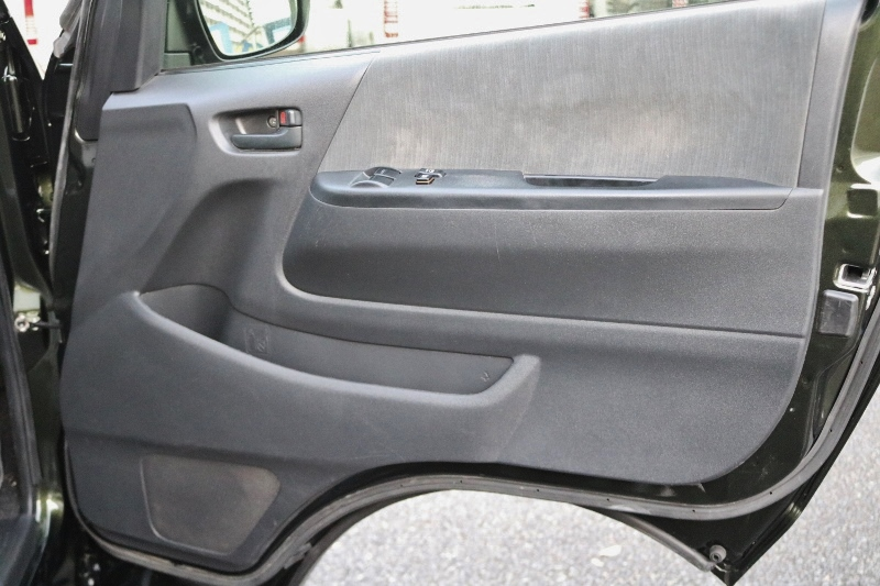 ドアの内貼りも傷が無くとてもきれいです。