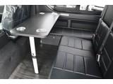 2列目の前にサイドテーブルが付きますので、車内での食事も快適に出来ます♪