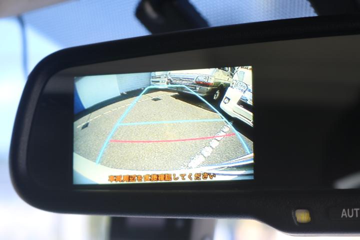 メーカーオプションでバックカメラ連動自動防眩ミラーが付いています!