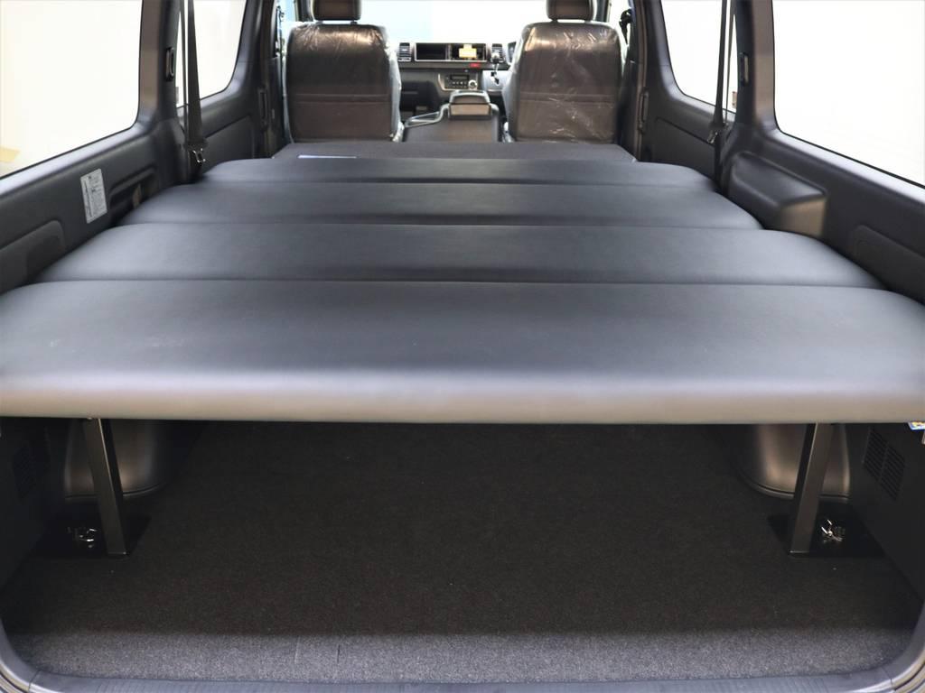 セカンドシートを畳んでフルフラットにもなります! | トヨタ ハイエースバン 2.7 スーパーGL 50THアニバーサリー リミテッド ワイド ミドルルーフ ロングボディ4WD FLEXベッドキット 煌テール