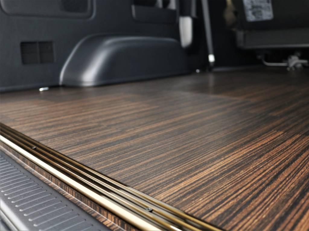 50周年記念特別仕様車に合わせた茶木目調がオシャレですね! | トヨタ ハイエースバン 2.8 スーパーGL 50TH アニバーサリー リミテッド ロングボディ ディーゼルターボ 4WD フロアボード施工