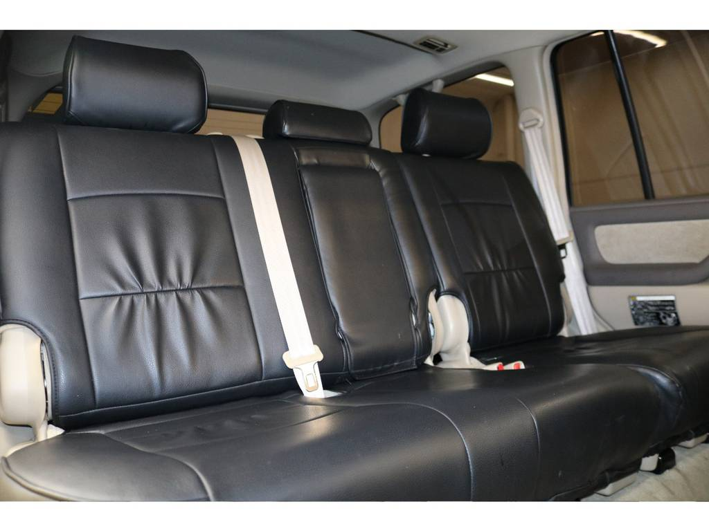 後部座席は大人の方でもゆったりとお座りいただけます♪ | トヨタ ランドクルーザー100 4.7 VXリミテッド 4WD