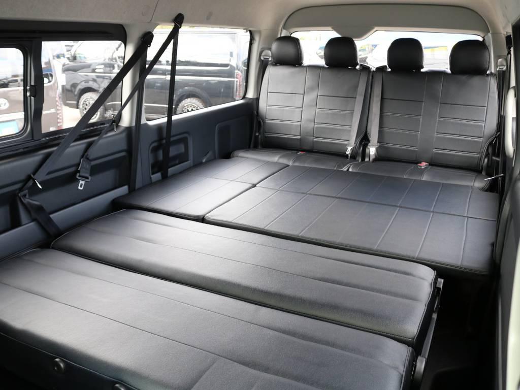 リクライニングとベットパネル展開で車中泊も楽々!