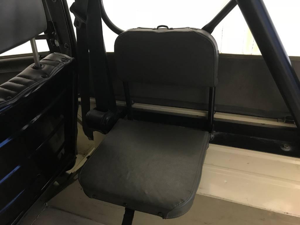 戦闘の場面でも存在感を成してきたジープ。後席はゆっくり座るのではなく、いつでも降りれるように考えられています。
