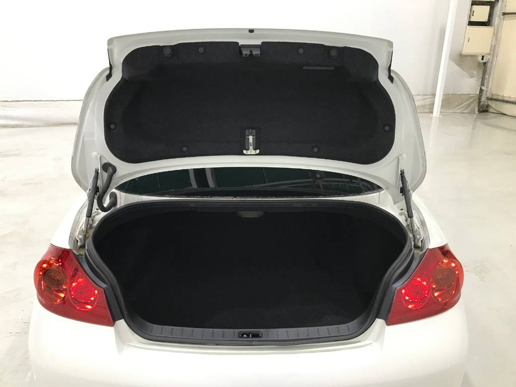 トランクは並みのセダンとほとんど変わりない容量は確保していますのでゴルフバックはもちろん背の高くない荷物であれば収納可能です。