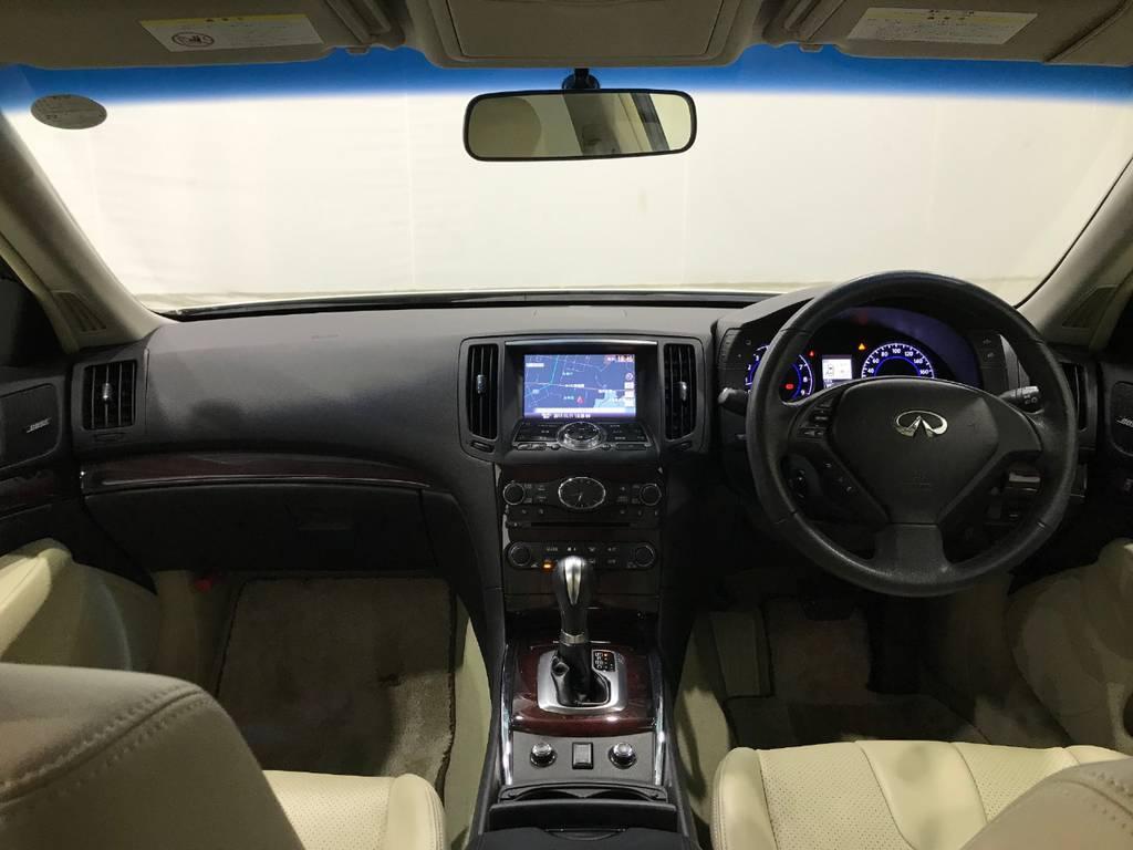 室内はさすがはセダン。高級感を感じられます。所々に配置されているウッドパネルや黒基調の配色は無意識の内に良い車であることを教えてくれます。