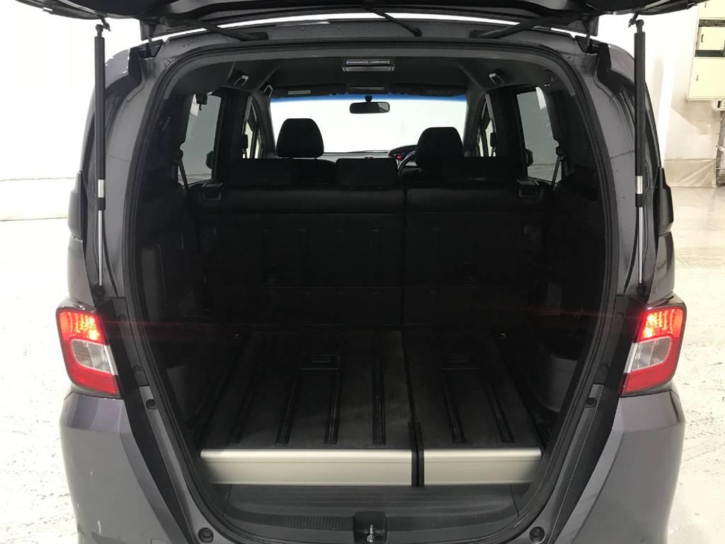 これが今回最大の魅力である荷室です。セカンドシートを倒せばなんとフルフラットになり車内なのに家のプチリビングの完成です。車中泊にもオススメです!