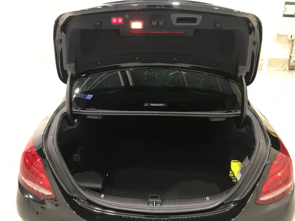 荷室は思いのほか大容量になっているのでゴルフバックも積めます!使用感も少なく安心して使えます!