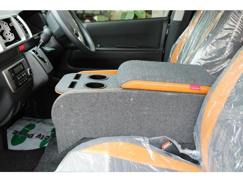 自然な姿勢で肘が置ける大型アームレスト。ドリンク&スマホホルダー&収納ボックス付きです   トヨタ ハイエースバン 2.0 スーパーGL ロング クラフトプラス ブルックリン仕様
