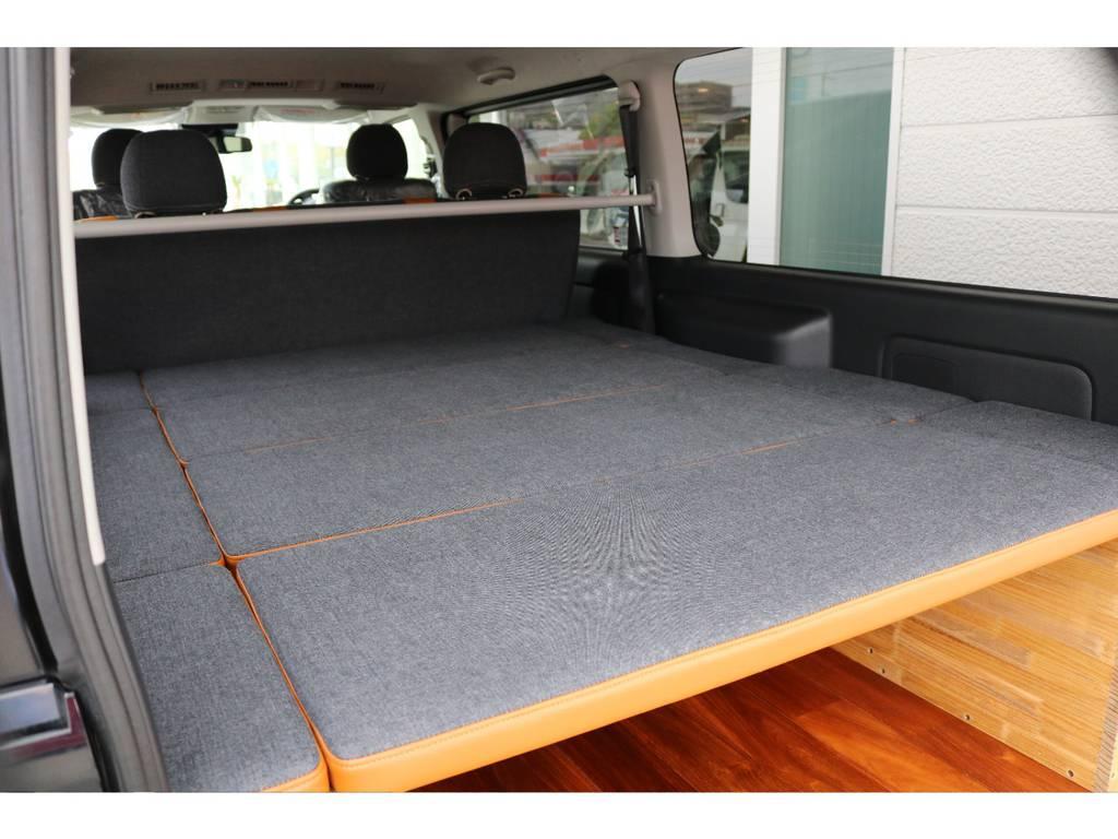 センター4枚、サイド6枚で構成されたベッドキットです。 セカンドシートを前倒しにしますと広大なフラットスペースに変わります☆   トヨタ ハイエースバン 2.0 スーパーGL ロング クラフトプラス ブルックリン仕様