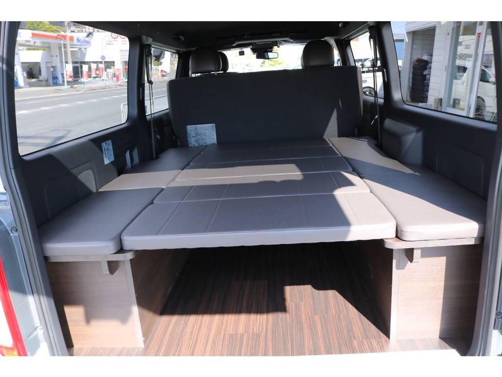 ハーフレザーシートのカラーに合わせた床パネル&ベットキットカラーに仕上がってます!   トヨタ ハイエースバン 2.8 スーパーGL 50TH アニバーサリー リミテッド ロングボディ ディーゼルターボ 4WD ☆室内架装車Ver.4☆
